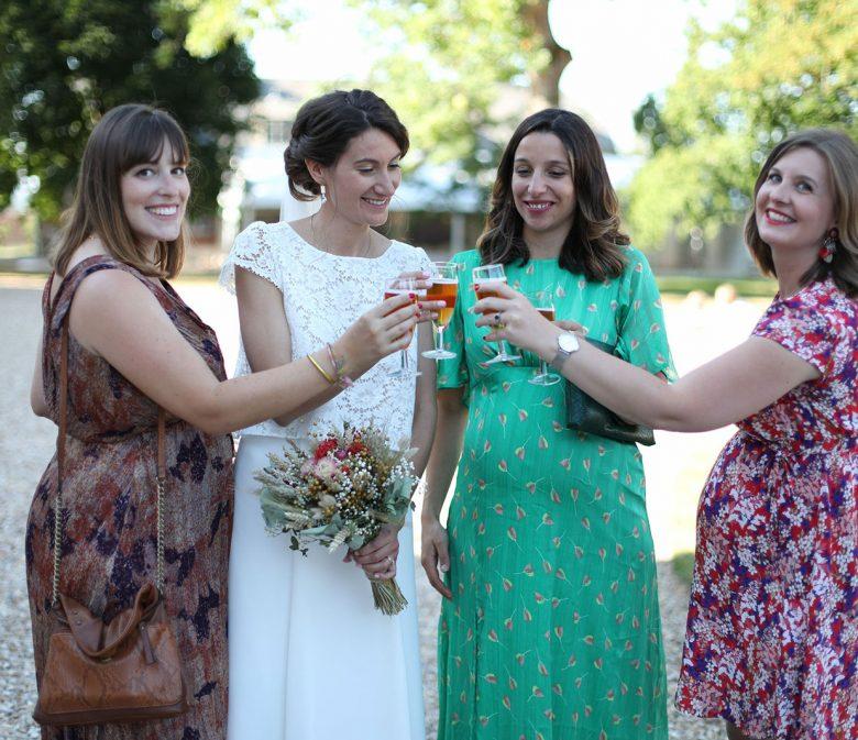 femmes enceintes trinquant au jus de pomme pétillant
